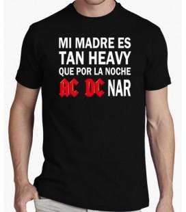 Camiseta Mi madre es tan heavy que por la noche ac dc narr